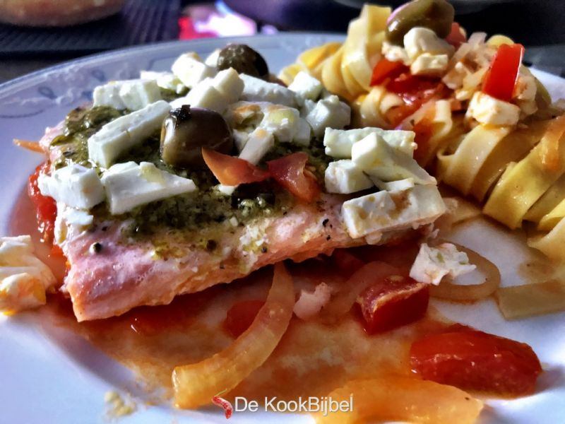 Zalm met pesto, olijven en feta in de ovenSalmon with pesto, olives and feta in the oven