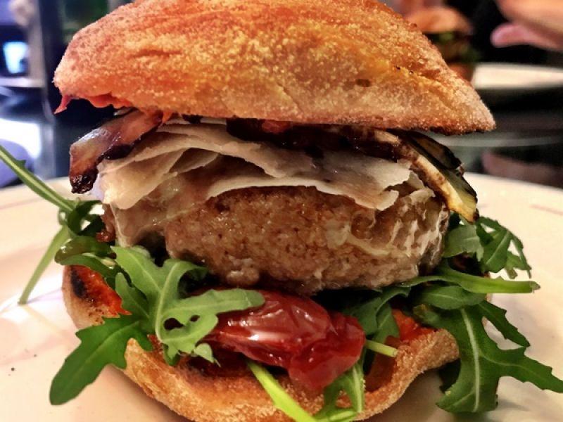 Italiaanse hamburger met gegrilde courgettes