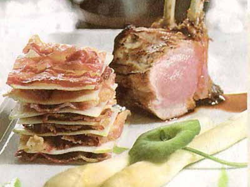 Carré van melklam, puree van erwtjes, asperges en croque van appel met buikspek