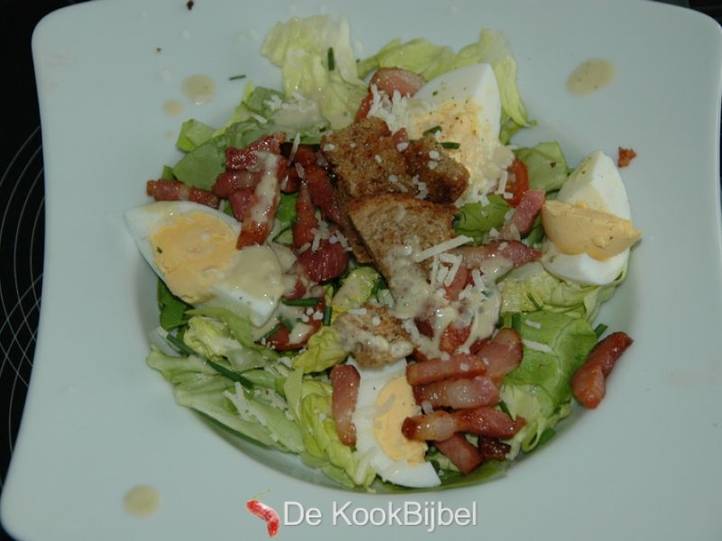 Caesarsalade met spek en ei