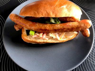 Broodje merguez met coleslaw en verse sambalmayo