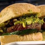 Hamburger met gegrilde groenten en salsa Belgica