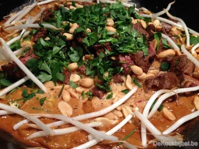 Wok met rundsvlees, groenten en satésaus