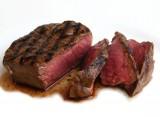 Gemarineerde en gegrilde gepelde steak, aardappelkoekjes met jonge ui