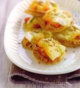Bladerdeeggebakjes met wortel en kaas