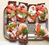 Boterham met zalm en garnalen, geitenyoughurt en verse kruiden