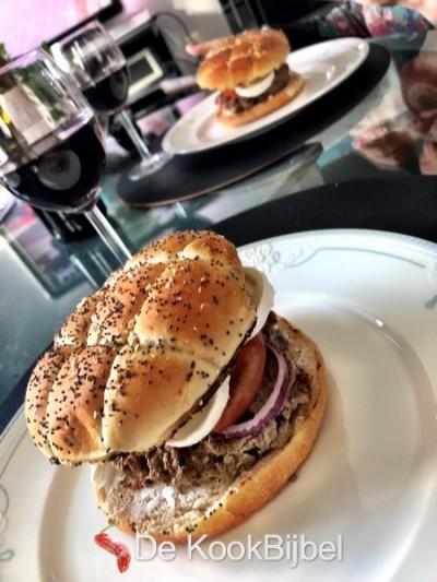 Hamburger met geitenkaas en rode ui