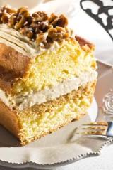 Cake met crème au beurre en gekaramelliseerde walnoten