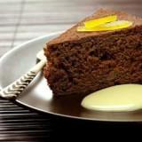 Eenvoudige cake met chocolade en pompelmoes