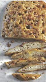 Focaccia met uien en knapperig spek.