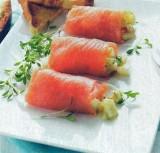 Rolletjes van gerookte zalm met een salade van hardgekookte eieren en wasabi