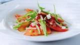 Salade van watermeloen met knapperige rauwe ham en munt