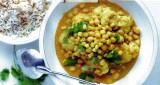 Curry van bloemkool en kikkererwten, gekruide rijst en amandelen
