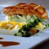 Krokant gebakken kipfilet met witte asperges, geplet ei, charlotte-pureetje en saus met groene peper