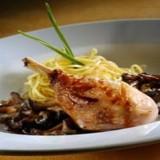 Kippenbout gestoofd met Xeresazijn, verse pasta en seizoen paddestoelen