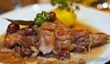 Konijn met krieken en gestamde aardappel geparfumeerd met mierikswortel