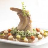 Gevuld konijnenboutje met pruimen, zoete groenteparels en kervelpuree