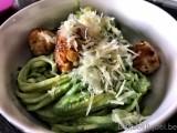 Linguini met spinaziesaus en kippenballetjes