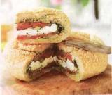 Gevuld picknickbroodje met geitenkaas
