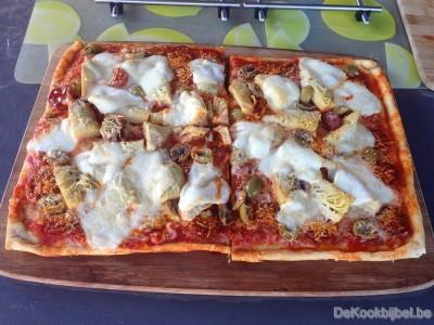 Pizza met chorizo, artisjok en olijven (BBQ)