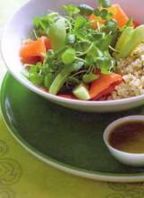 Slaatje van quinoa, waterkers, avocado en gerookte zalm