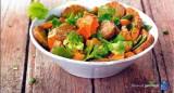 Curry met Romanesco, peultjes, zoete aardappel en gebakken tempé