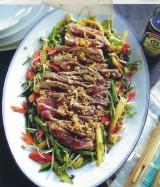 Pittige zoetzure salade met runds, sojasaus en sesam