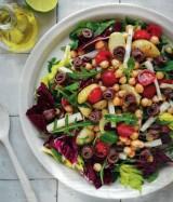 Salade met kerstomaat, kikkererwten, aardappelen en zoute ansjovis