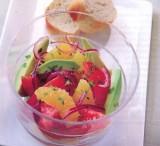 Salade van rode ui, sinaasappel en avocado
