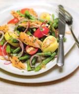 Salade met gerookte makreel, boontjes, aardappels en rode ui.