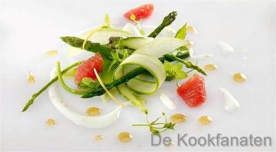 Krokant slaatje van asperges met lauwe gerookte zalm, yoghurt dressing