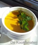 Curry-wortelsoep geparfumeerd met kokosmelk