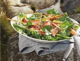 Salade met warmgerookte zalm