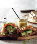Broodje gerookte zalm met komkommer-radijsslaatje
